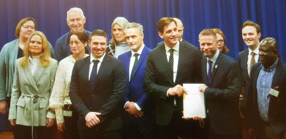 bilde av medlemmene av rusreformutvalget sammen med helseminister Bent Høie