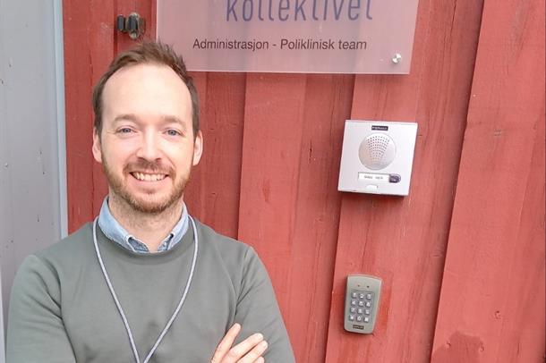 Anders Lauvsnes foran inngang Kvamsgrind