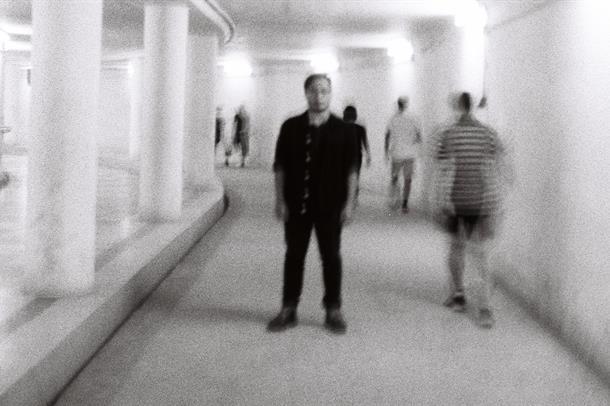 mennesker i korridor. uskarpt
