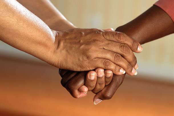 Illustrasjonsbilde av et menneske som holder en annens hånd i sin.
