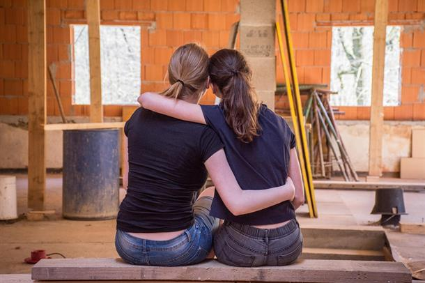 Illustrasjonsbilde av to kvinner som sitter sammen