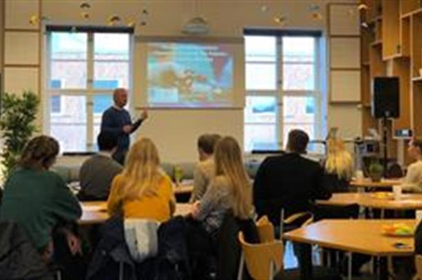 Jan Skogås foreleser. Foto