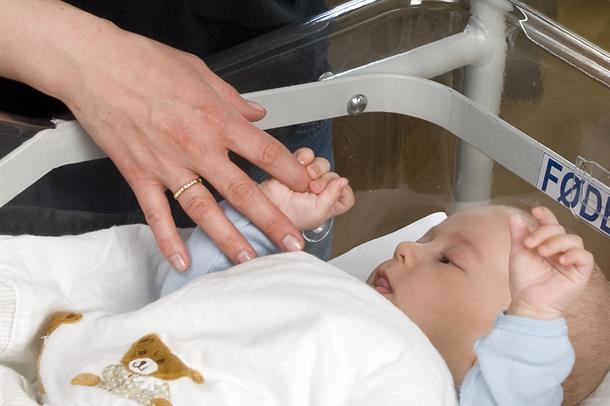 Hender som holder hender.