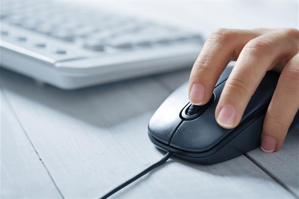 Bildet viser et tastatur og en hånd som klikker på en datamus. Foto