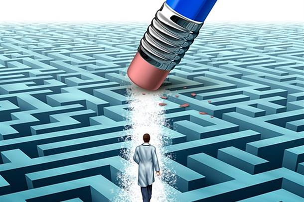 Illustrasjonsfoto av en lege som går på en labyrint. Et viskelær visker vei for legen.