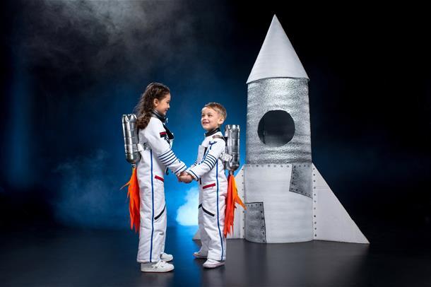 To barn som leker astronauter