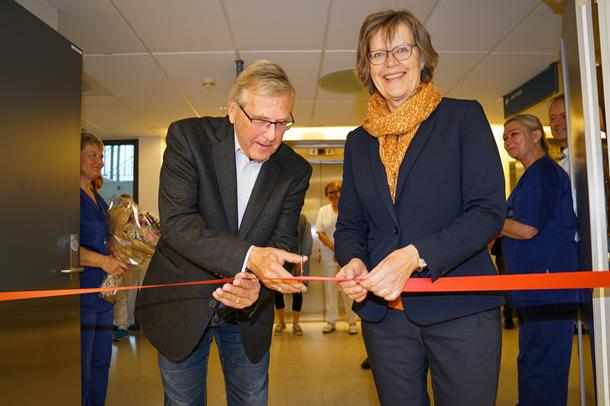 Anne Breiby og Halvard Kjelås klipper snor
