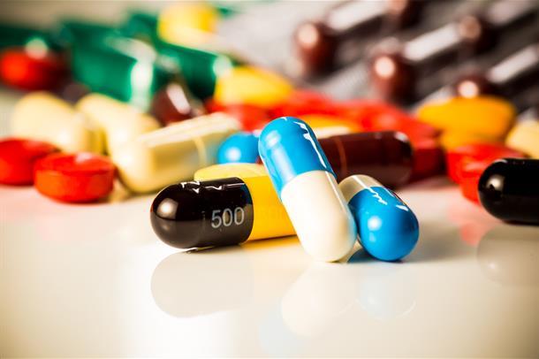 Forskjellige medisiner spredt på et bord.
