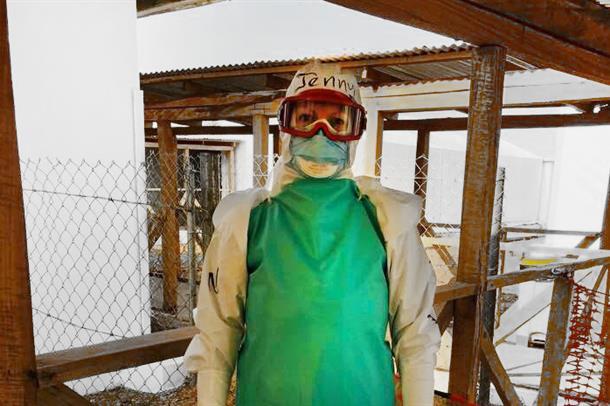 Jenny i eboladrakt.