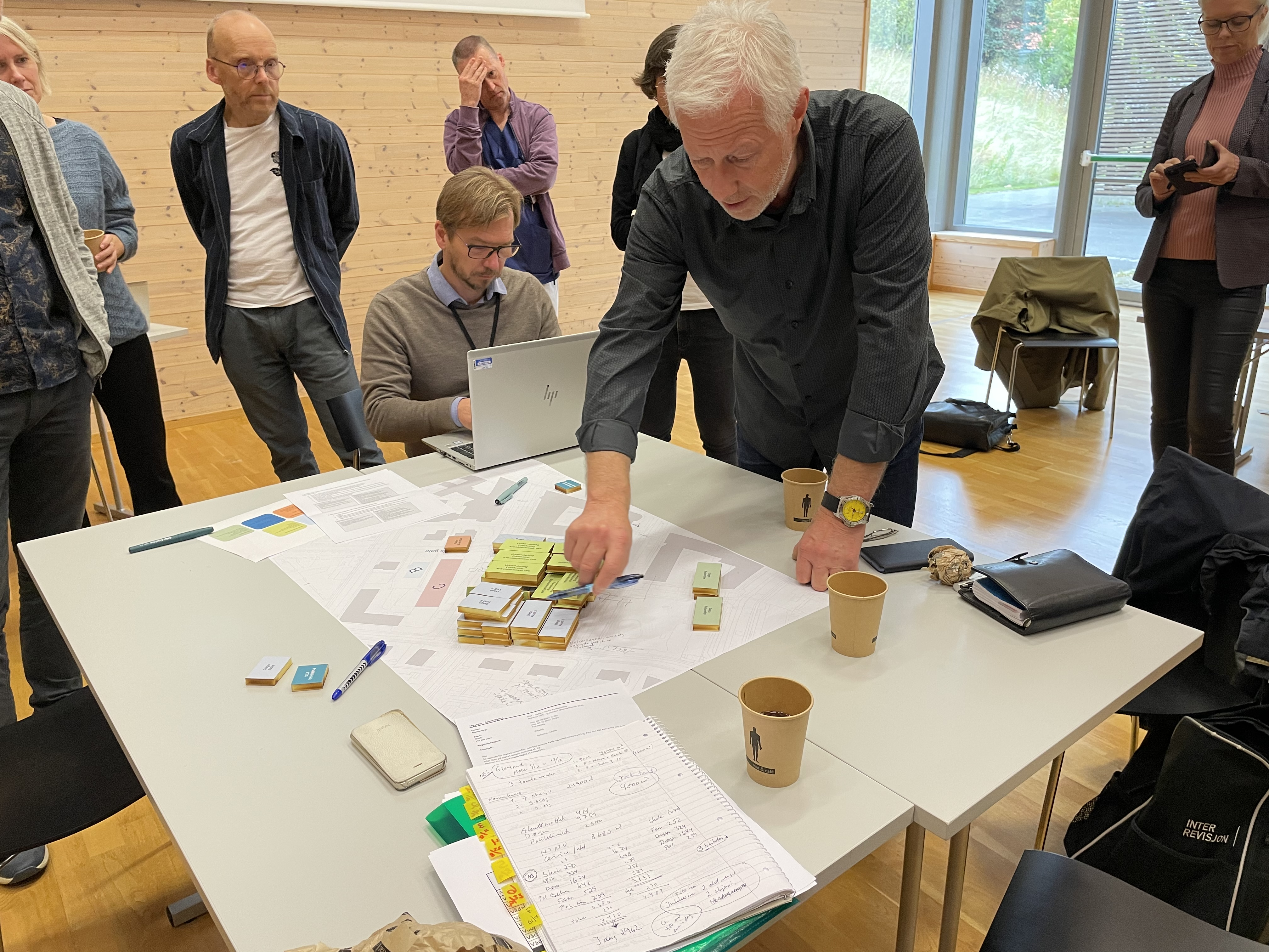 Hovedverneombud Geir Tranø peker og forklarer rundt klossene gruppa hans har bygd senter for psykisk helse med.