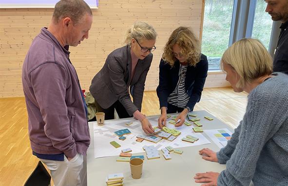 Bygging med klosser på bordet, representanter fra St. Olav og NTNU.