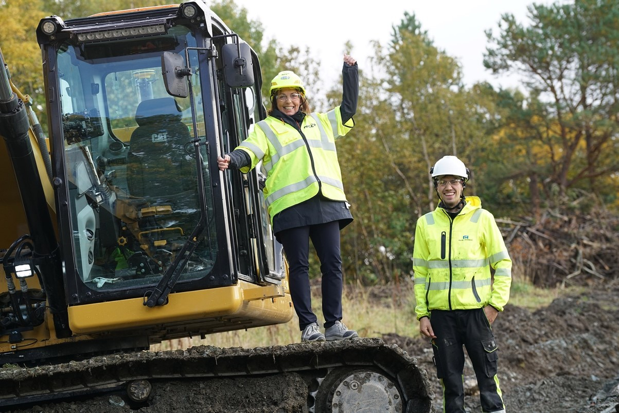 Grethe Aasved og Lars Gunnar Årsund fra Aune maskin jubler over at byggingen er i gang. Foto: St. Olav