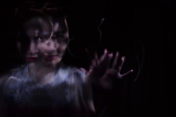 Mørk refleksjon av kvinne.